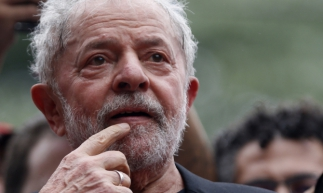 Brazilian former president (2003-2011) Luiz Inacio Lula da Silva speaks next to the president of the Workers' Party (PT), Gleisi Hoffmann, during a rally outside the metalworkers' union building in Sao Bernardo do Campo, in metropolitan Sao Paulo, Brazil, on November 9, 2019. - Brazil's leftist icon Luiz Inacio Lula da Silva walked free from jail Friday after a year and a half behind bars for corruption following a court ruling that could release thousands of convicts. (Photo by Miguel Schincariol / AFP)