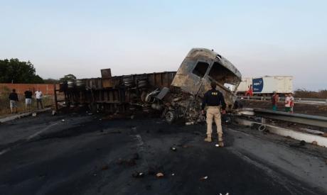 Caminhão incendeia na rodovia