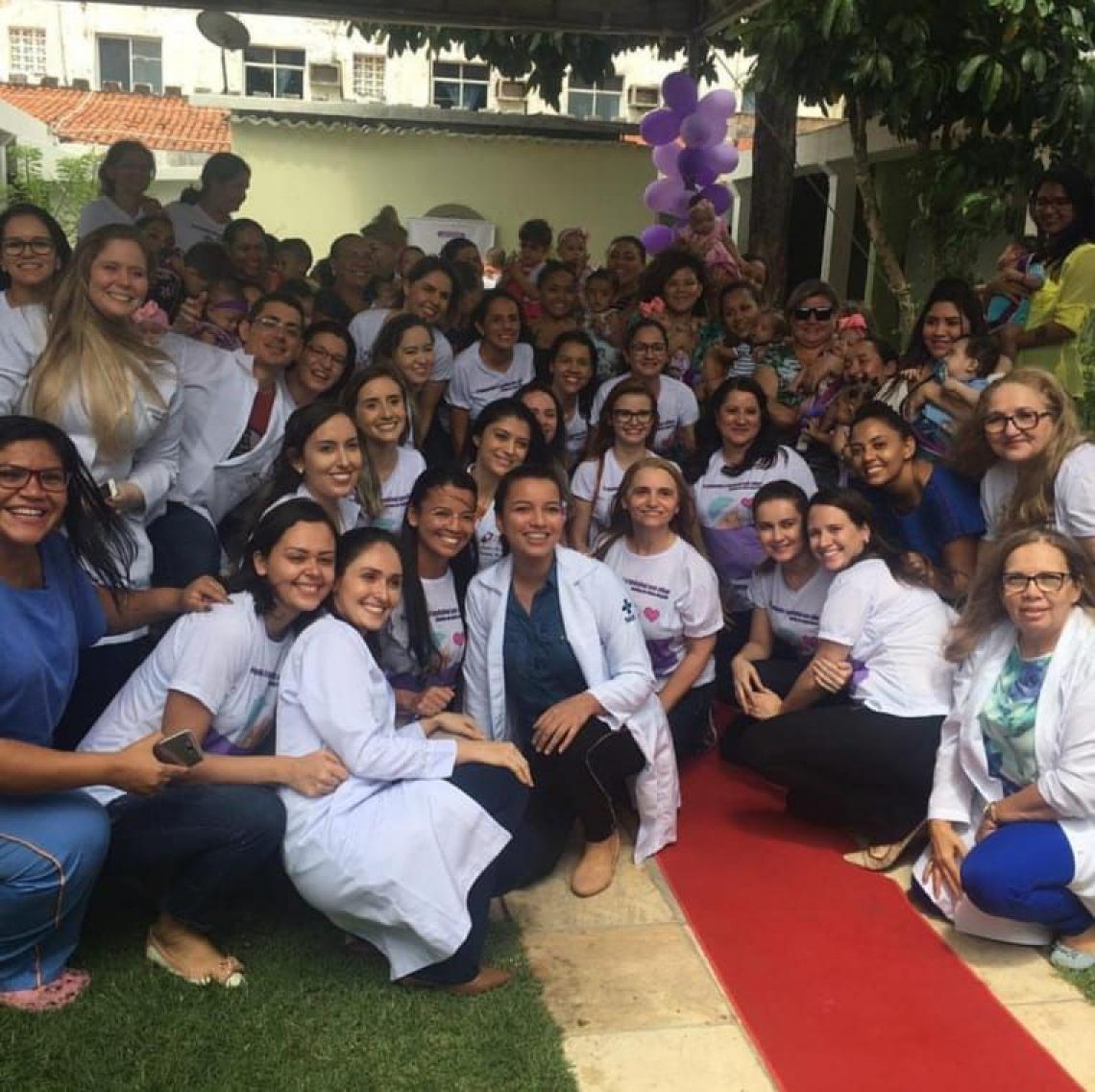 Equipe multidisciplinar do hospital ao lado de mães na I Semana da Prematuridade