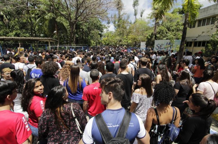 FORTALEZA, CE, BRASIL, 10-11-2019: Alunos esperam a abertura dos portões para a realização do segundo dia de avaliação do Enem na Unifor (Foto: Sandro Valentim/O POVO)