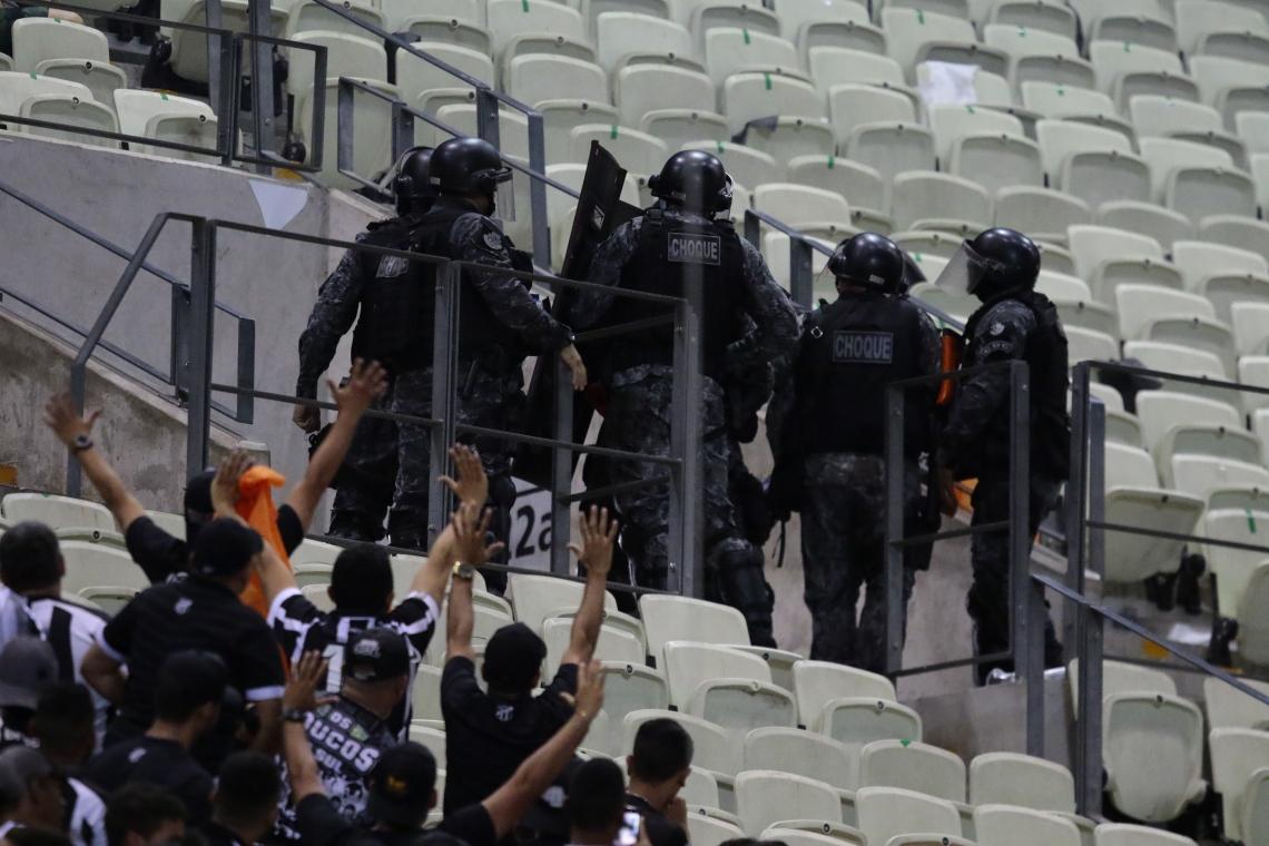 Ação policial nas arquibancadas do Castelão.