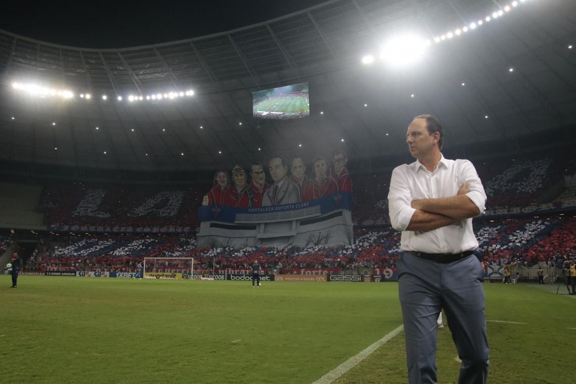 Rogério Ceni, técnico do Fortaleza e mosaico da torcida do Fortaleza. Fortaleza X Ceará - Campeonato Brasileiro Série A - Estádio Castelão