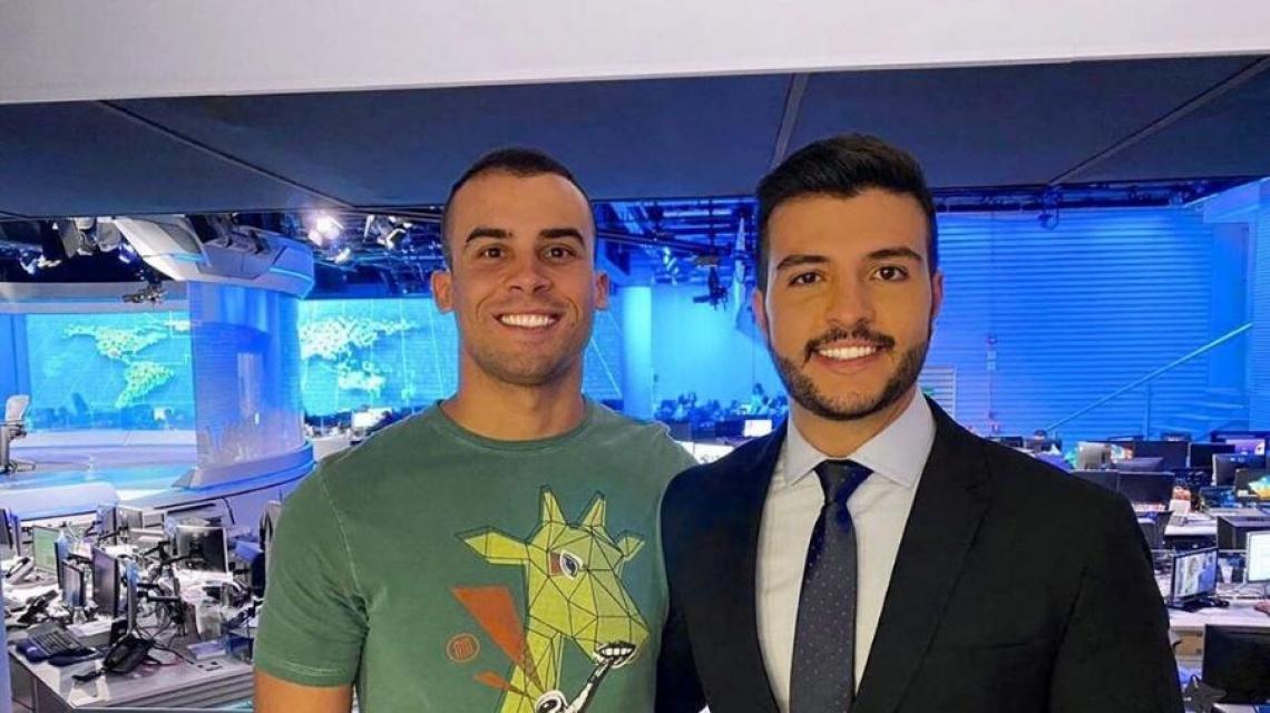 Matheus Ribeiro com o namorado Yuri no estúdio do Jornal Nacional