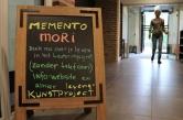 """No topo do texto, a expressão do latim """"Memento mori"""", traduzida como """"lembre-se da morte"""""""