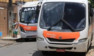 CAUCAIA, CE, BRASIL, 07-11-2019: Ônibus em rua do bairro Araturi. Estruturas precárias dos terminais rodoviários do Araturi e Metrópole. (Foto: Fábio Lima/O POVO)