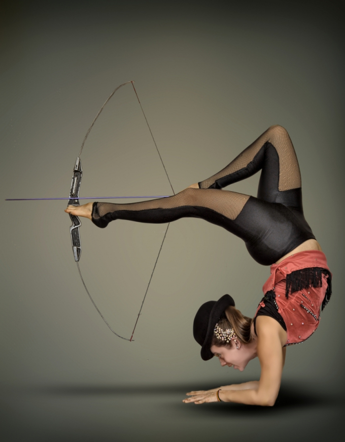 Artista Valery apresente o número de arco e flecha