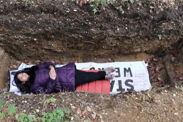 A proposta ficou tão popular que, segundo estudantes, há até fila de espera para ter a oportunidade de relaxar na cova (Foto: Reprodução/Ruptly)