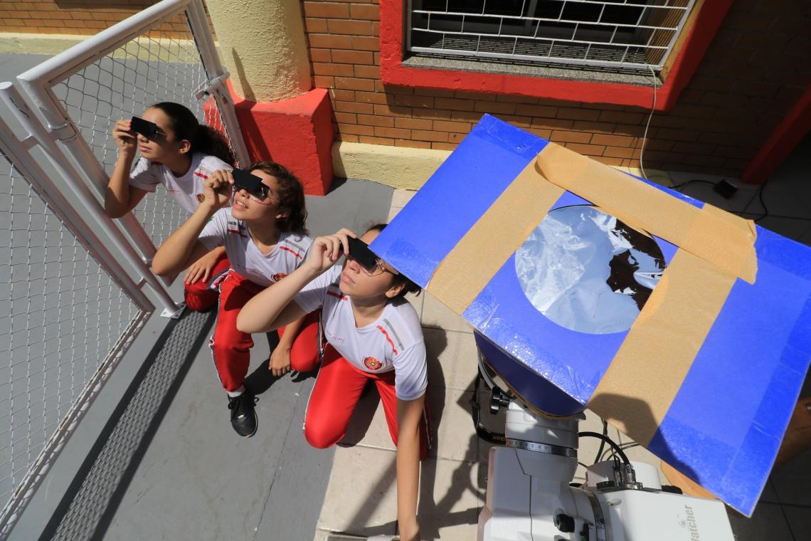 FORTALEZA, CE, BRASIL,11.11.19: Alunos do colégio dos bombeiros observam a passagem de Mercúrio entre a Terra e o Sol.  (Fotos: Fabio Lima/O POVO)