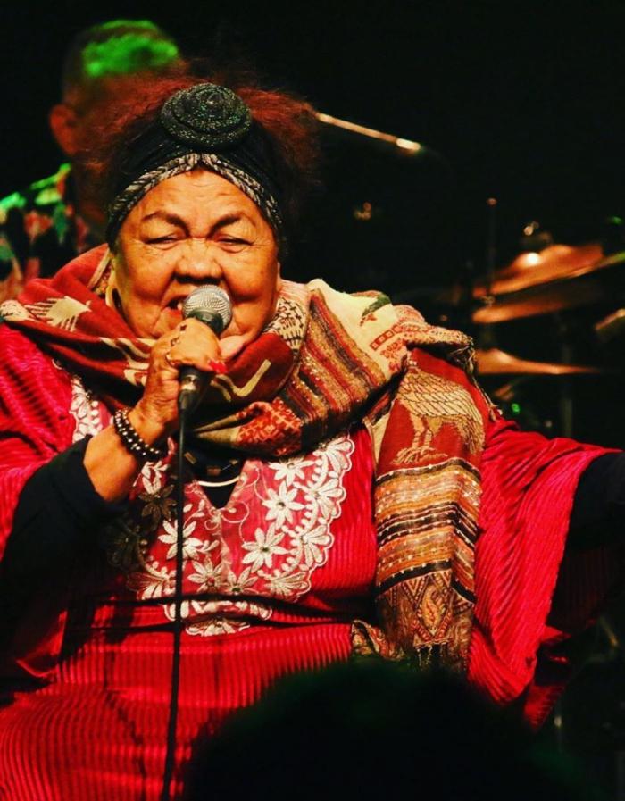 A cantora e compositora paraense Dona Odete faz show gratuito durante Virada Sustentável em Fortaleza
