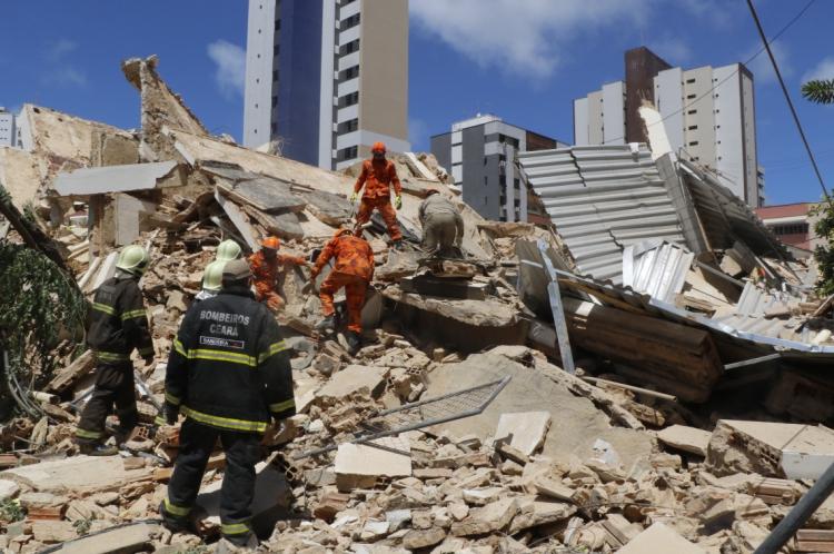 FORTALEZA, CE, BRASIL, 15-10-2019: Equipe de resgate dos bombeiros trabalham nos escombros. Desabamento de prédio no bairro Aldeota. (Foto: Mauri Melo/O POVO)