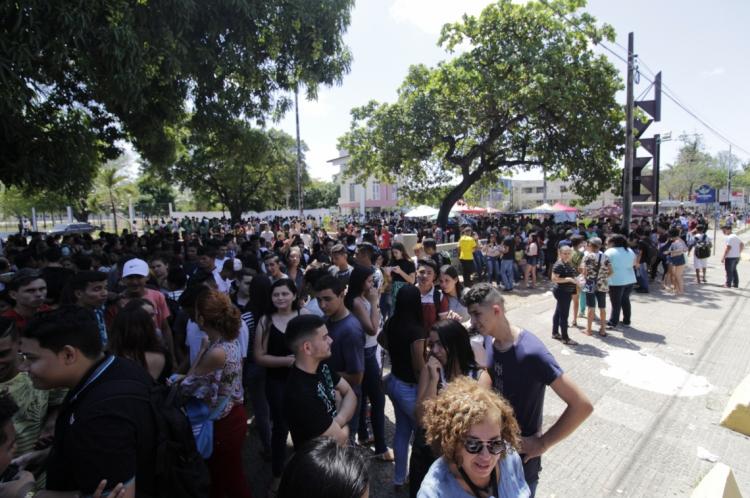 Estudantes do interior aguardam colegas saírem das provas para retornar às suas cidades