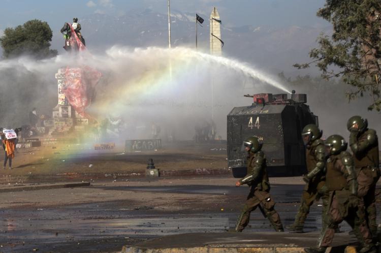 Depois da 23ª morte, o Samu chileno divulgou um comunicado, afirmando que a polícia continuou lançando jatos de água, disparando balas de borracha e atacando com gás lacrimogêneo, enquanto o manifestante era atendido no meio da rua.