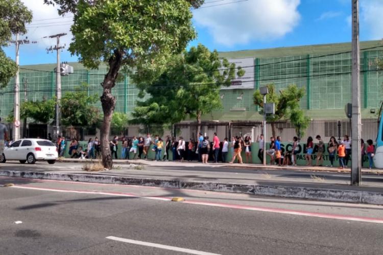 Estudantes na fila enquanto aguardavam abertura dos portões na escola César Cals, na avenida Domingos Olímpio, na manhã desta sexta-feira.