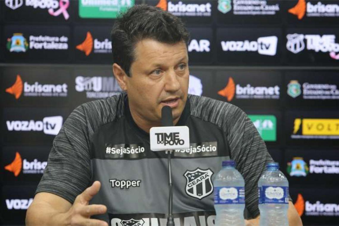 Adílson comandou o último treino antes da viagem para Chapecó na manhã desta sexta-feira.