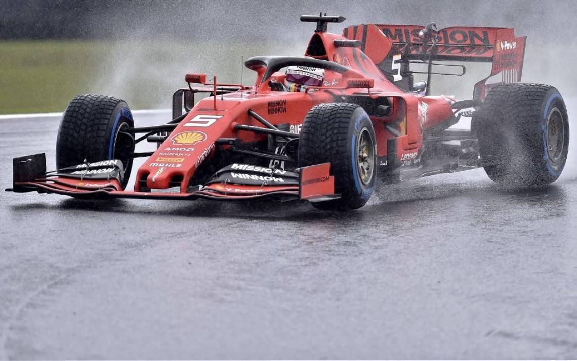 Carros que tiveram que driblar a chuva na pista