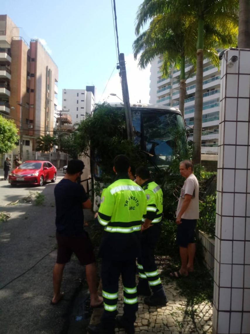 Agentes da Autarquia Municipal de Trânsito e Cidadania (AMC) estavam no local para orientar os motoristas que trafegavam pela região.