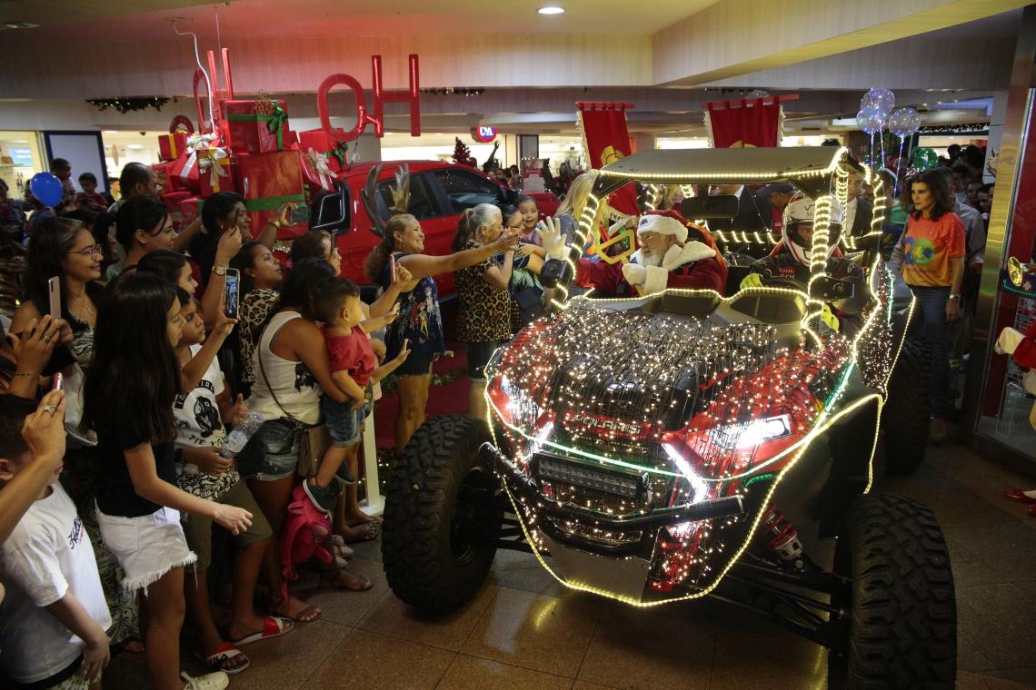 FORTALEZA-CE, BRASIL, 16-11-2019: Chegada do Papai Noerl no Shopping Benfica. Papai Noel veio em cima de um carro offroad cheio de luzes de natal. O carro subiu as escadas do shopping pra deixar o Papai Noel junto ao coral de Natal.