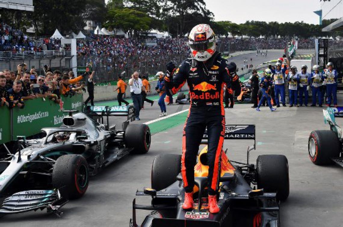 Max Verstappen comemora sua vitória no GP Brasil, em Interlagos, na tarde deste domingo, 17