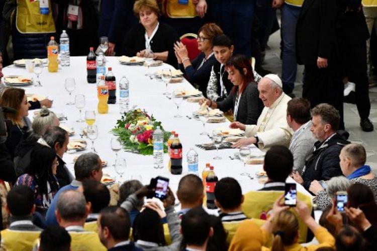Papa Francisco almoça com convidados na sala de audiências Paulo VI no Vaticano, para marcar o Dia Mundial dos Pobres
