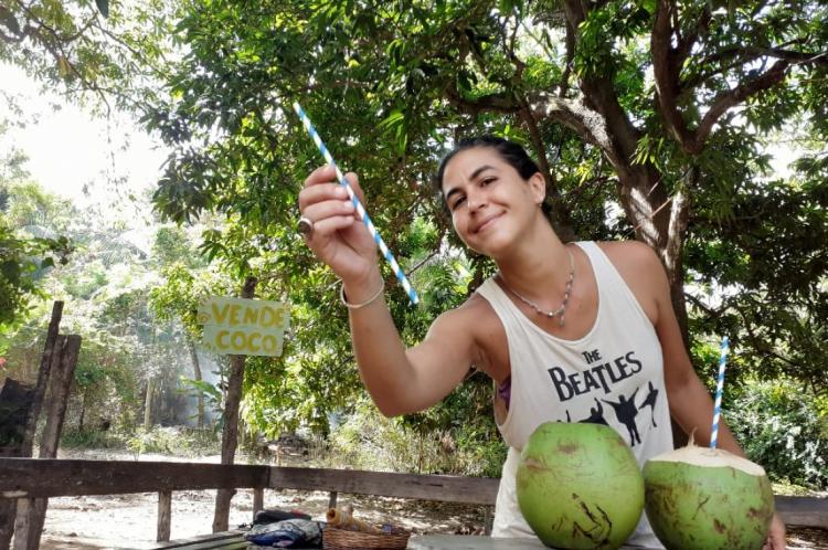 Comerciante de Fernando de Noronha que já não usa mais plástico na venda de coco