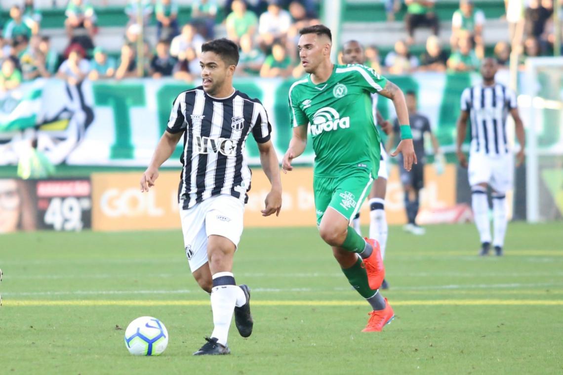 Titular do meio-campo, Felipe Baxola tenta jogada de ataque na partida em Chapecó.