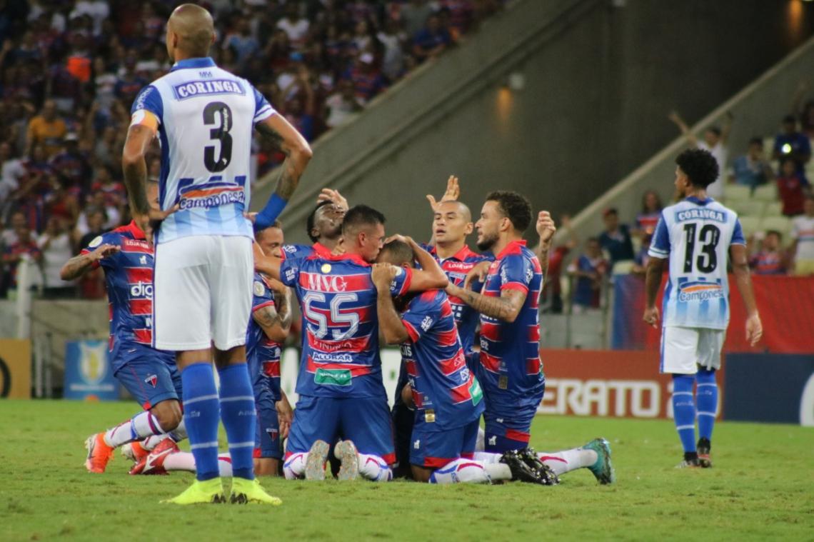 Jogadores celebram o 1º gol da partida, marcado por Tiago