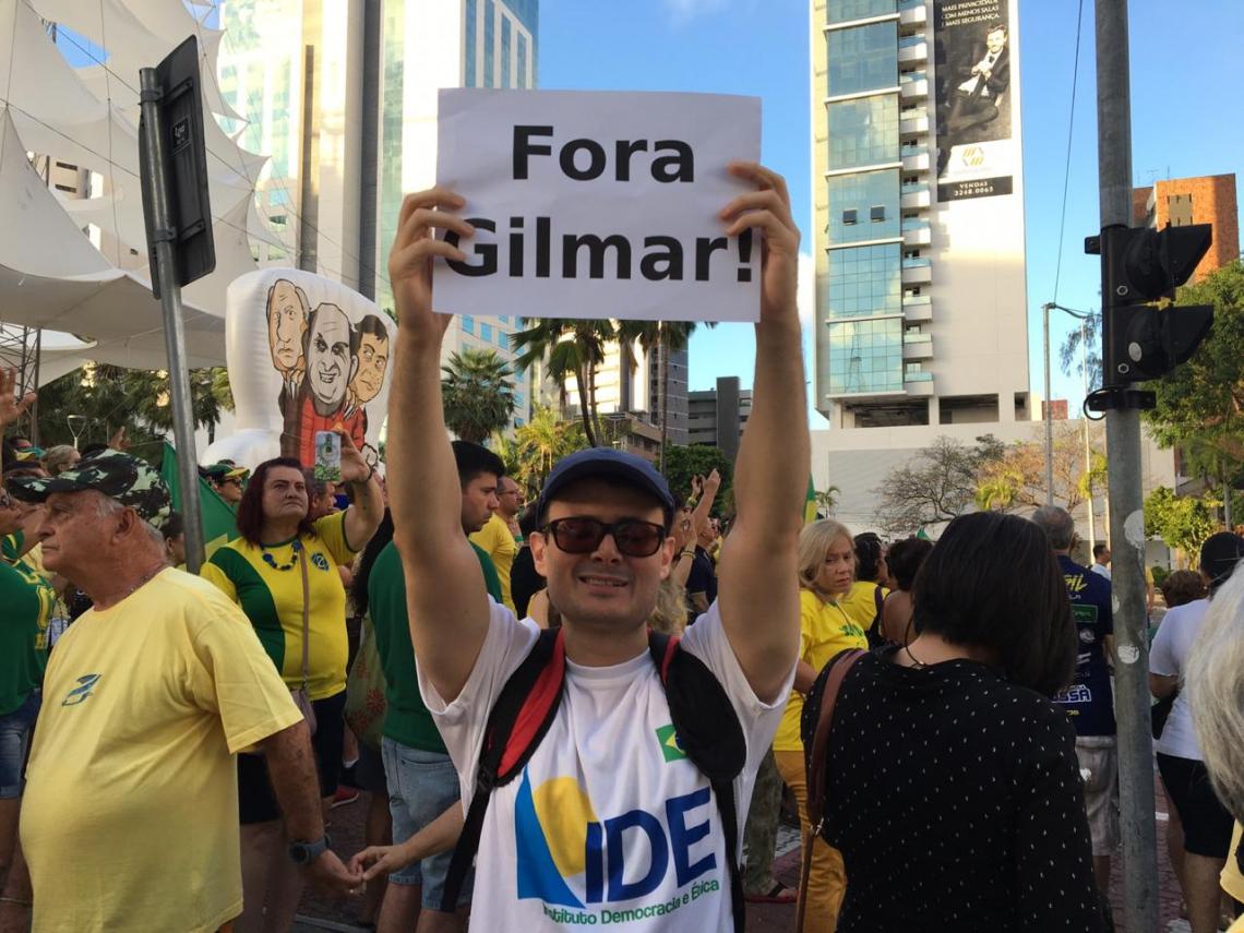 Manifestantes realizam passeata pedindo o impeachment do ministro Gilmar Mendes - O POVO