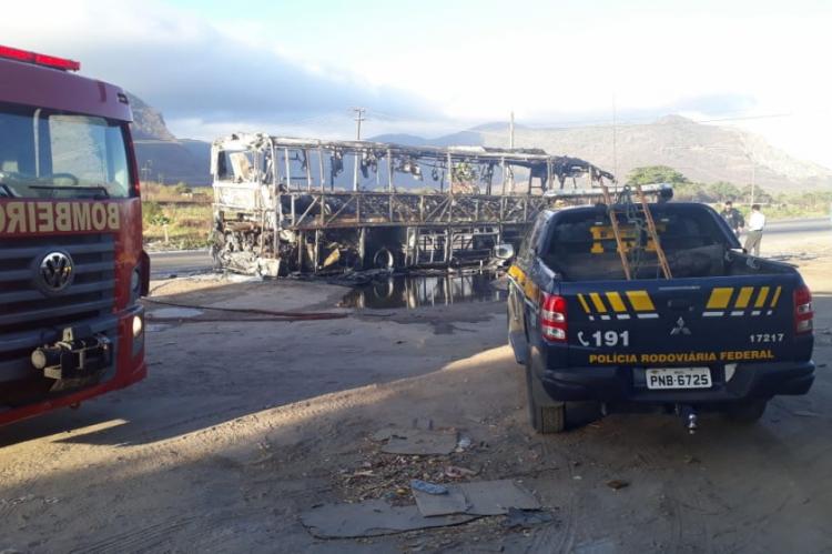 Ônibus pegou fogo por volta das 5 horas
