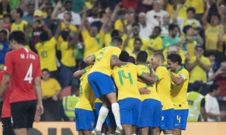 Jogadores celebram a vitória, em amistoso disputado em Abu Dhabi