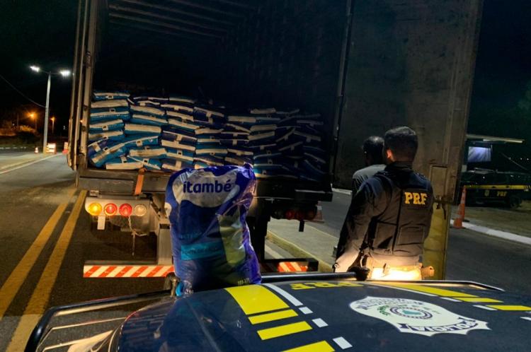 Por volta das 18 horas dessa segunda, 18, no quilômetro 310 da BR-020, em Canindé, agentes da PRF abordaram um caminhão e verificaram 14 toneladas de leite em pó roubado.