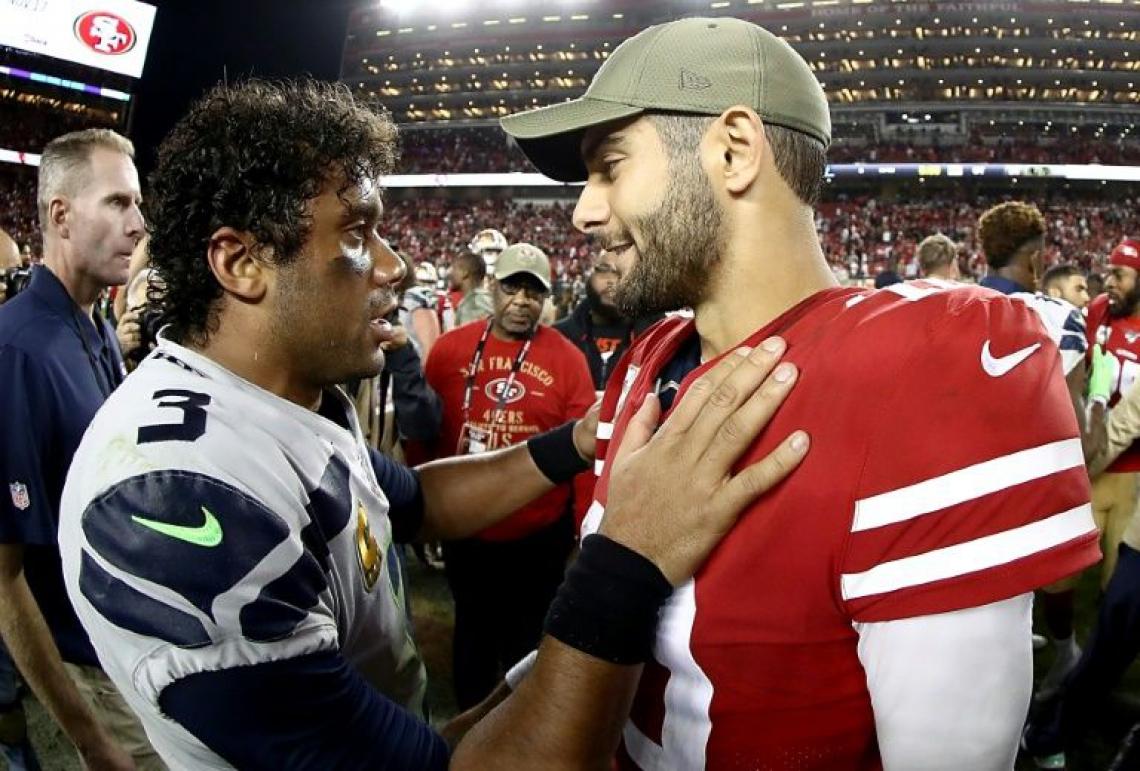 Russell Wilson (à esquerda), do Seattle Seahawks, cumprimenta Jimmy Garoppolo (à direita), do San Francisco 49ers.