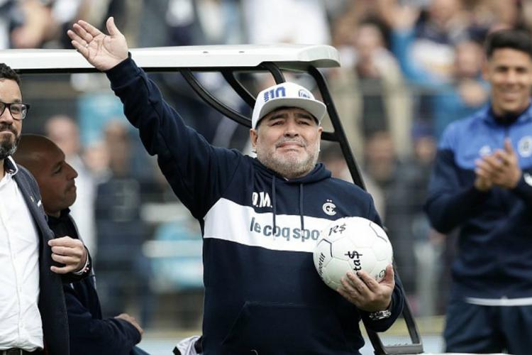 Maradona está se recuperando de cirurgia na cabeça  (Foto: AFP)