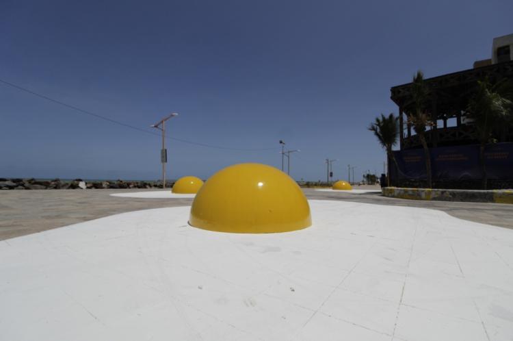 FORTALEZA, CE, BRASIL, 21.11.2019: Exposição Eggcident do artista holandês Henk Hofstra que está instalada na Praia de Iracema, atrás do Estoril (Fotos: Sandro Valentim/O POVO)