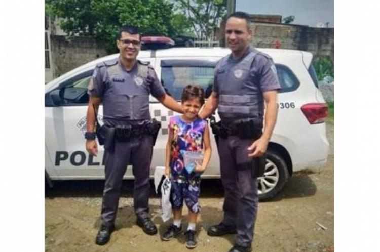 Momento em que Gabriel recebe os pedidos dos policiais