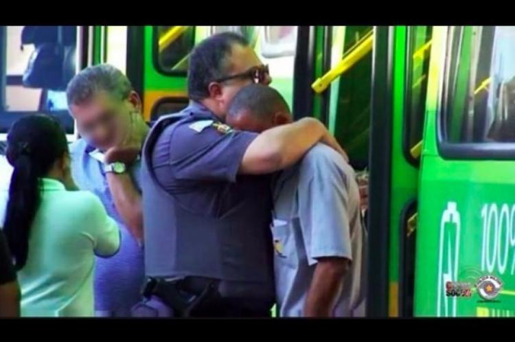 Momento em que o cabo André abraça o condutor do ônibus que é hipertenso