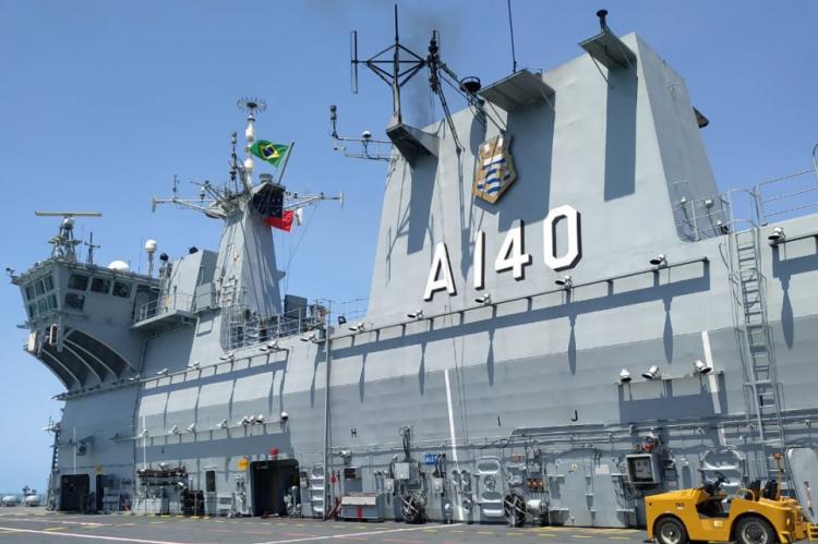 Maior embarcação da Marinha, navio Atlântico está comandando a operação de combate ao óleo na Região