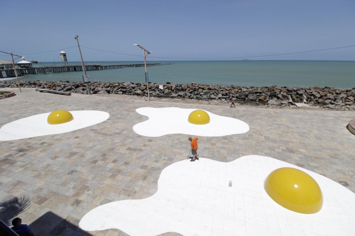 """Instalação """"Eggcident"""" do artista holandês Henk Hofstra que está na Praia de Iracema, atrás do Estoril"""