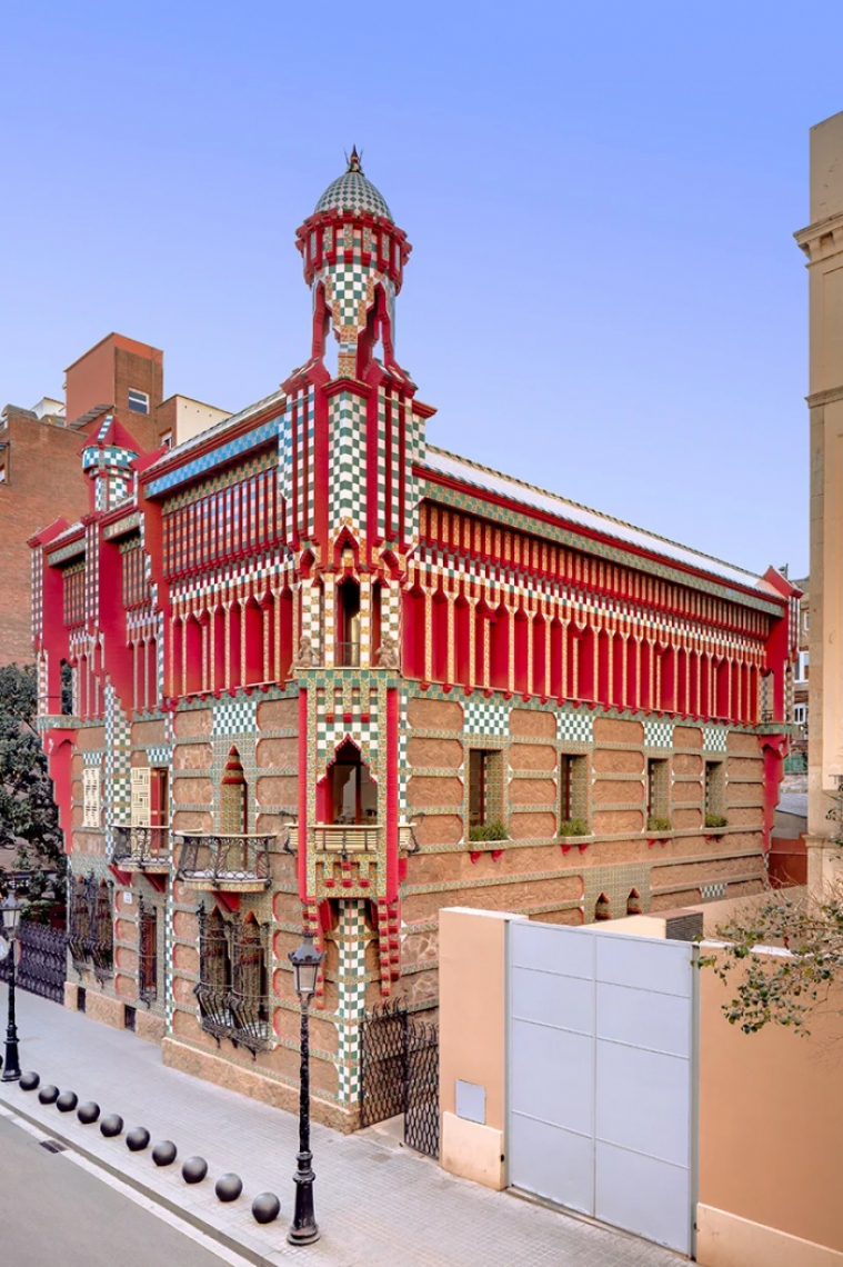 A Casa Vicens é datada no ano de 1883, sendo também tombada como Patrimônio da Humanidade pela Unesco em 2005
