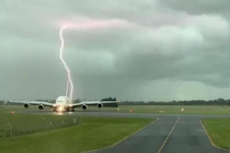 Momento em que raio caiu próximo a avião no Aeroporto de Christchurch, na Nova Zelândia. (Foto: Reprodução/Twitter)