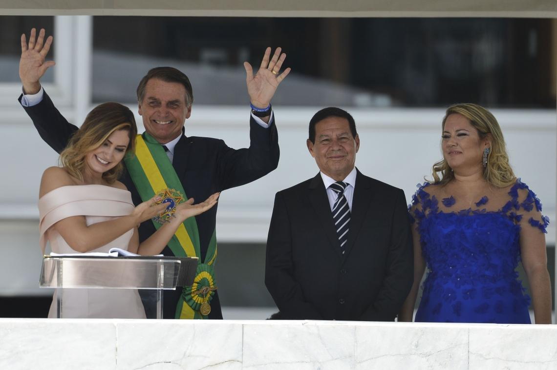 Da esquerda para a direita: a primeira-dama Michelle Bolsonaro, o presidente Jair Bolsonaro, o vice-presidente Hamilton Mourão e a segunda-dama Paula Mourão. Imagem aconteceu durante cerimônia de posse em 1º de janeiro de 2019