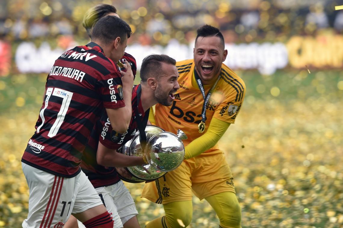 Capitão Everton Ribeiro com a taça de campeão da Libertadores; de amarelo, goleiro Diego Alves