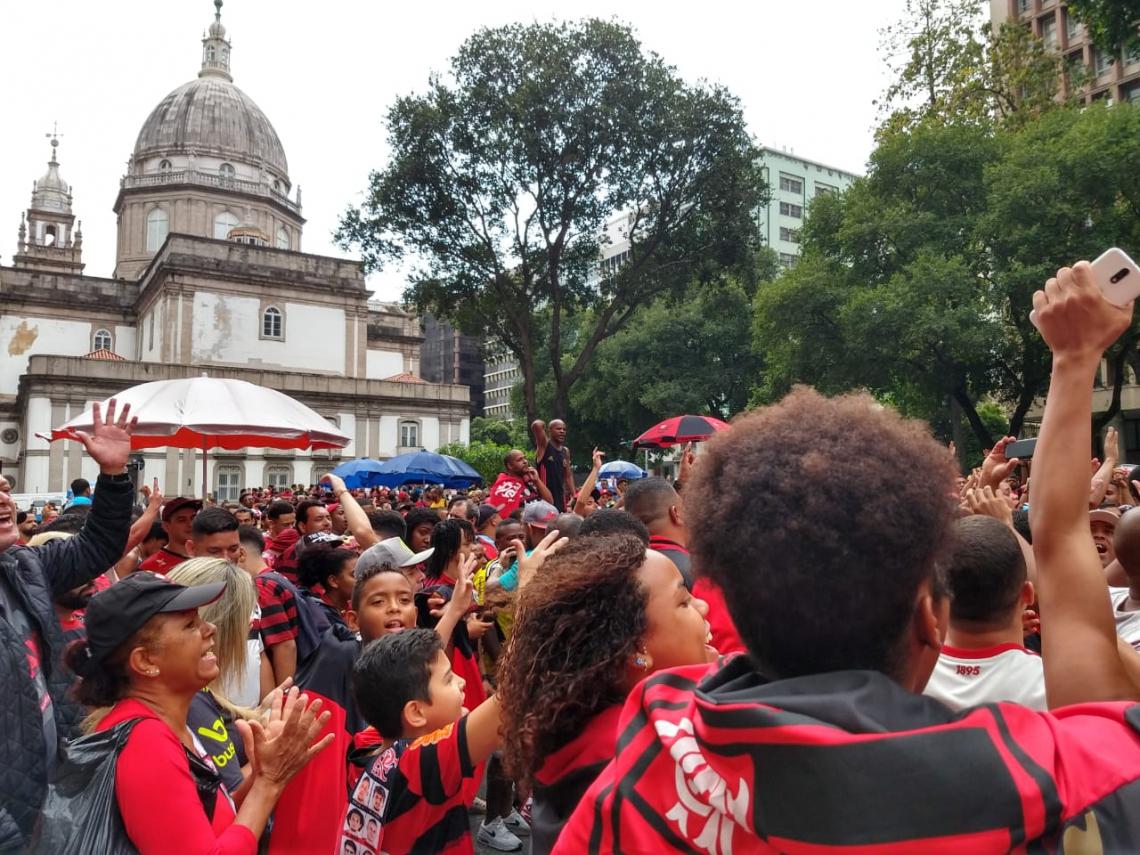 Torcida do Flamengo comemora a conquista do time campeão da 60ª edição da Taça Libertadores da América.