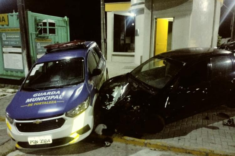 Viatura da GMF estava estacionada quando o outro carro colidiu