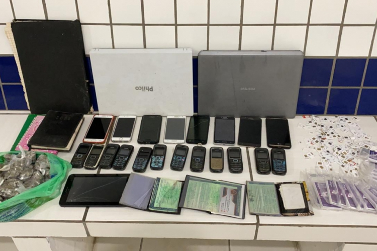 A operação apreendeu equipamentos eletrônicos, uma centena de chips telefônicos utilizados e 17 lacrados, além de cerca de meio quilo de maconha.