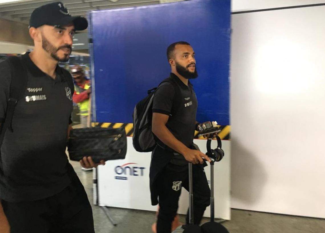 Tiago Alves e Samuel Xavier no embarque para o jogo contra o Flamengo