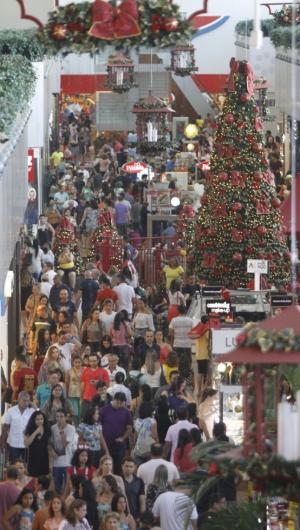 77% dos brasileiros adultos, quase 120 milhões de pessoas, pretendem ir às compras neste fim de ano.