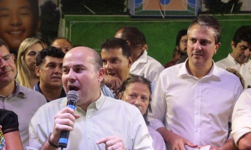 Roberto Cláudio, ao microfone, e o governador Camilo Santana, mais ao fundo, precisarão administrar o bom entendimento caso estejam em palanques diferentes no próximo ano
