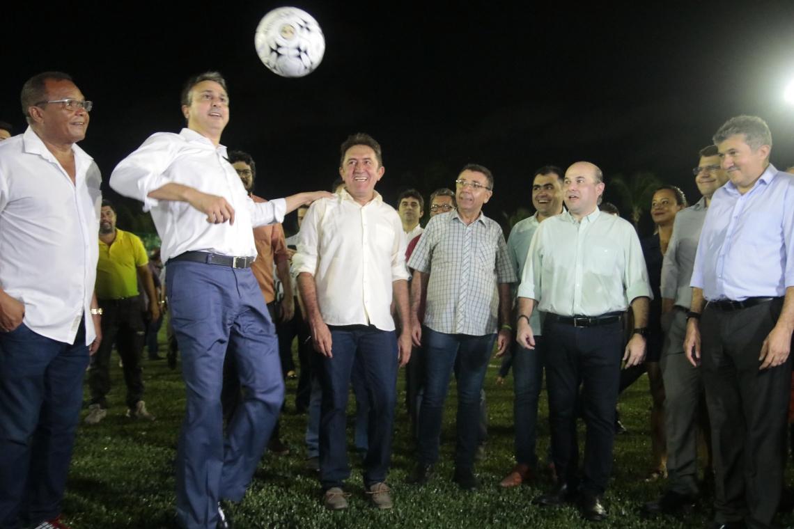 O governador Camilo Santana (PT-CE) e o prefeito Roberto Cláudio (PDT-CE), inauguraram juntos mais uma areninha no bairro Antônio Bezerra