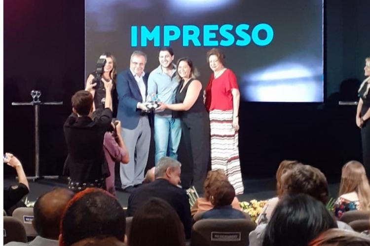 Irna Cavalcante e Lucas Braga recebendo o prêmio na categoria