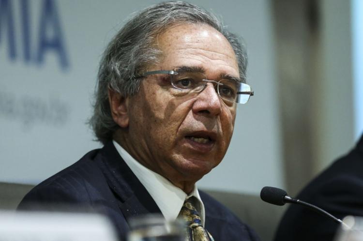 """Ministro da Economia diz que dólar baixo era ruim para o Brasil: """"Tinha empregada doméstica indo pra Disneylândia, peraí""""."""